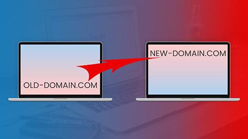 دو لپ تاپ که در حال نشان دادن نام قدیم و جدید یک دامنه هستند