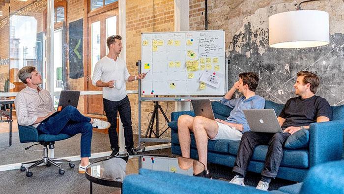 یک جلسه کاری مرتبط با دیجیتال مارکتینگ و استفاده از چت بات ها