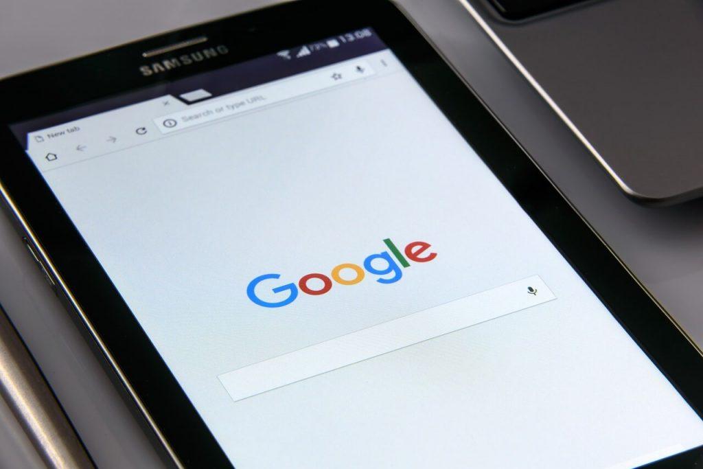 صفحه جستجوی گوگل در یک تبلت