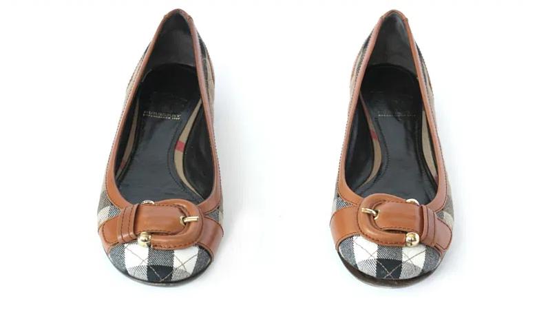 عکاسی از محصولات مانند کفش با زمینه سفید